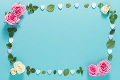 Punto di vista superiore delle foglie e delle rose Fotografie Stock Libere da Diritti