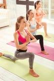 Punto di vista superiore delle giovani donne che fanno gli esercizi di yoga Fotografia Stock Libera da Diritti