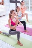Punto di vista superiore delle giovani signore che fanno yoga Immagini Stock Libere da Diritti