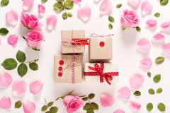 Punto di vista superiore delle scatole del presente e delle rose Fotografie Stock