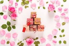 Punto di vista superiore delle scatole del presente e delle rose Immagini Stock Libere da Diritti
