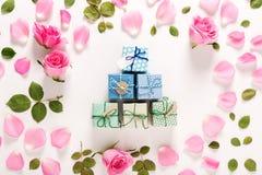 Punto di vista superiore delle scatole del presente e delle rose Fotografia Stock