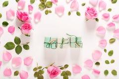 Punto di vista superiore delle scatole del presente e delle rose Fotografie Stock Libere da Diritti