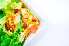 Punto di vista superiore delle verdure di freschezza in una ciotola bianca su backgr bianco Immagini Stock Libere da Diritti