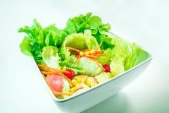 Punto di vista superiore delle verdure di freschezza in una ciotola bianca su backgr bianco Fotografie Stock Libere da Diritti
