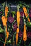 Punto di vista superiore delle verdure per la torrefazione sul fondo scuro Fotografia Stock Libera da Diritti