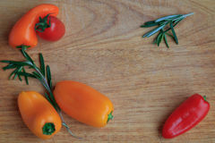 Punto di vista superiore delle verdure su un bordo di legno Fotografie Stock