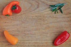 Punto di vista superiore delle verdure su un bordo di legno Fotografia Stock