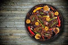 Punto di vista superiore di carne fresca e della verdura sulla griglia disposta sul pavimento di legno fotografia stock libera da diritti