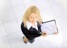 Punto di vista superiore di giovane donna con un dispositivo di piegatura di rappresentazione Fotografia Stock