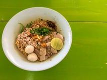 Punto di vista superiore di Tom Yam caldo e piccante tailandese della tagliatella con il limone e il por Fotografie Stock Libere da Diritti