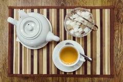 Punto di vista superiore di una tazza di tè verde, della teiera e dello zucchero Fotografia Stock