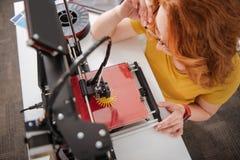 Punto di vista superiore di uno stampatore moderno 3d che crea un oggetto Immagine Stock Libera da Diritti