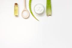 Punto di vista superiore di vera di pelle dell'aloe alternativo di cura su fondo bianco Immagini Stock Libere da Diritti