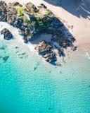 Punto di vista superiore di festa della spiaggia di Byron Bay iconico in Australia immagini stock libere da diritti