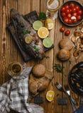 Punto di vista superiore di frutti di mare assortiti e del pesce al forno con pane, i pomodori ed il vino bianco Fotografia Stock Libera da Diritti