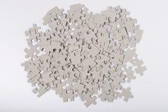 Punto di vista superiore di Grey Puzzles On White Background immagine stock libera da diritti