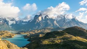 Punto di vista di Timelapse di Cuernos del Paine a Patagonia, Cile video d archivio