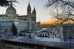 Punto di vista di tramonto di Almudena Cathedral in città di Madrid Fotografie Stock Libere da Diritti