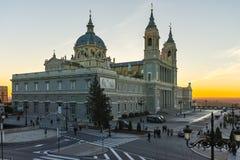 Punto di vista di tramonto di Almudena Cathedral in città di Madrid Immagini Stock Libere da Diritti