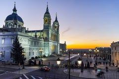 Punto di vista di tramonto di Almudena Cathedral in città di Madrid Immagine Stock