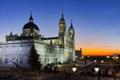 Punto di vista di tramonto di Almudena Cathedral in città di Madrid Immagini Stock