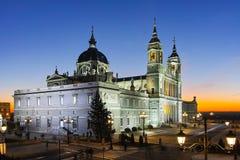 Punto di vista di tramonto di Almudena Cathedral in città di Madrid Fotografie Stock