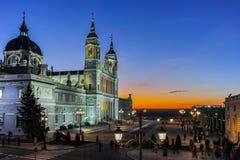 Punto di vista di tramonto di Almudena Cathedral in città di Madrid Fotografia Stock Libera da Diritti