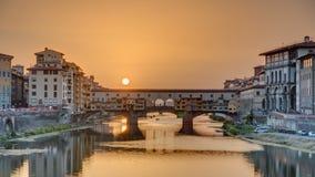 Punto di vista di tramonto di Florence Ponte Vecchio sopra Arno River nel timelapse di Firenze, Italia stock footage