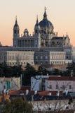 Punto di vista di tramonto di Royal Palace e di Almudena Cathedral in città di Madrid, Spagna Immagini Stock Libere da Diritti