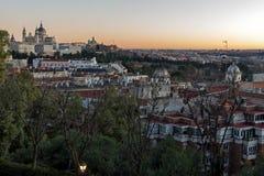 Punto di vista di tramonto di Royal Palace e di Almudena Cathedral in città di Madrid, Spagna Fotografia Stock Libera da Diritti