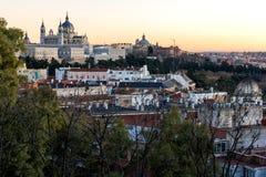 Punto di vista di tramonto di Royal Palace e di Almudena Cathedral in città di Madrid, Spagna Fotografie Stock