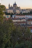 Punto di vista di tramonto di Royal Palace e di Almudena Cathedral in città di Madrid, Spagna Fotografie Stock Libere da Diritti