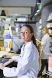 Punto di vista di un farmacista attraente sul lavoro immagine stock libera da diritti