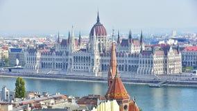Punto di vista ungherese del Parlamento dal bastione del pescatore fotografie stock libere da diritti