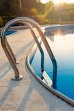 Punto di vista vicino della piscina moderna al tramonto all'hotel Luce solare in superficie Le vacanze estive, feste, si rilassan fotografia stock libera da diritti