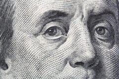 Punto di vista vicino di Benjamin Franklin cento banconote in dollari Fotografia Stock