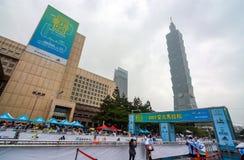 Punto iniziante e di finitura per la maratona internazionale 2017 di Taipei vicino ai 101 che costruiscono Fotografia Stock Libera da Diritti