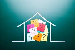 Punto interrogativo di colore nella casa del disegno Immagini Stock