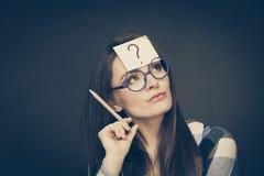 Punto interrogativo di pensiero della donna sulla sua testa Fotografie Stock