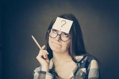 Punto interrogativo di pensiero della donna sulla sua testa Fotografia Stock Libera da Diritti