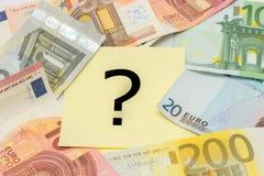 Punto interrogativo dietro i soldi Fotografie Stock Libere da Diritti