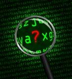 Punto interrogativo rivelatore nel codice macchina con un gla d'ingrandimento Fotografie Stock