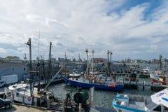 Punto Judith, RI/U.S.A. - 10/19/2018: Peschereccio blu messo in bacino al molo a punto Judith, Rhodes Island immagine stock