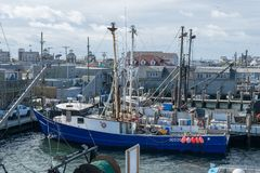Punto Judith, RI/U.S.A. - 10/19/2018: Primo piano di un peschereccio blu messo in bacino al molo, punto Judith, Rhodes Island fotografie stock libere da diritti