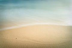 Punto negro en la playa Imagenes de archivo