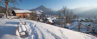 Punto panoramico con i banchi sopra il villaggio di schliersee Immagini Stock Libere da Diritti