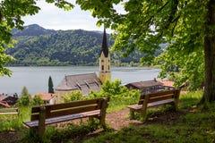 Punto panoramico sopra il villaggio di schliersee con i banchi di legno Fotografia Stock