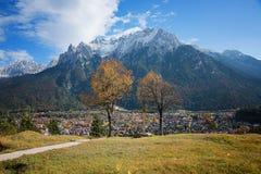 Punto panoramico sopra la città del mittenwald, posto per la meditazione Fotografie Stock Libere da Diritti
