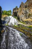 Punto scenico scorrente della cascata di Jermuk immagine stock